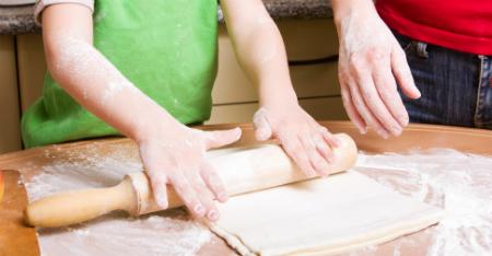 ילדים נהנים במיוחד לקרוא הוראות. בעת בישול או אפייה משותפים - בקשו מהם שיקראו עבורכם את הוראות ההכנה ובכך עודדו אותם לקרוא
